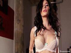 Super morena muito sexy fazendo um porno de leve