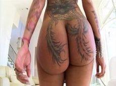 Tatuada muito gostosa mostra todo seu potencial