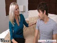 Tia loira gostosa seduzindo seu sobrinho em cima do sofá