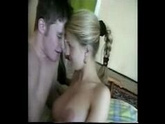 Uma foda bem amadora com a novinha loirinha e seu namoradinho babaca