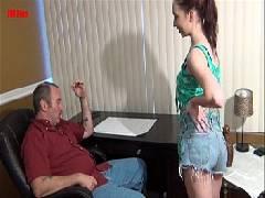 Vídeo porno grátis com a novinha chupando o cacete do coroa