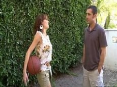 Veronica Avluv entrando na rola depois de uma partida de basquete