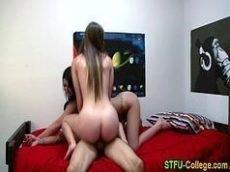 Video porno novinhas transando com o namorado e sua amiga