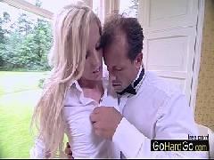 Videoporno com a loira gostosa dando para o garçom