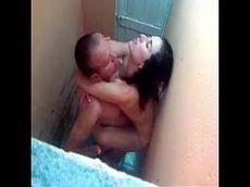 Xvideos caseiro com a novinha sendo flagrada metendo no banheiro de uma festa