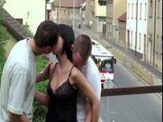 Xvideos porno magrinha chupando a pica de dois caras no meio da passarela