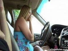 Boquete no carro da loirinha em video amador