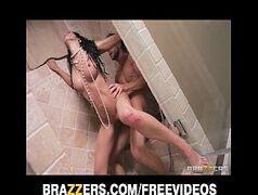 Brasileirinha da brazzers dando a bucetinha durante o banho para o namorado maromba