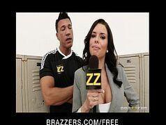 Brazzers reporter gostosa leva pirocada de um time inteiro de futebol