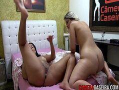 Camera caseira com as duas lesbicas cavalonas