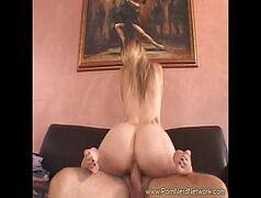 Cnnamador loirinha gulosa dando para dois marmanjos de sorte neste video porno HD