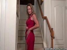 Coroa gostosa se exibindo de vestido na escada