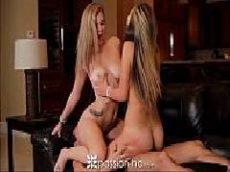 Duas loiras malandras fazendo sexo depois da siririca no sofá