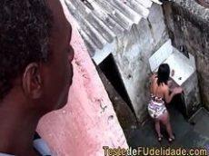Fundendo bem gostoso a morena na favela