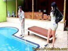 Gostosa da morena transando com o homem que cuida de sua piscina