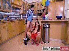 Morena chupando a pingola de seu cunhado bem no meio da cozinha