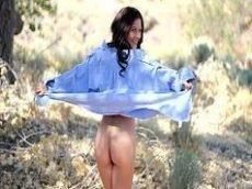 Morena de lingerie branca se exibindo