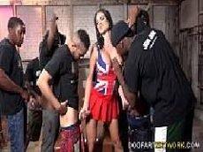 Morena gostosa faz um sexo grupal inter-racial com um bando de negão