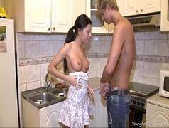 Morena gostosa levando rola no meio da cozinha