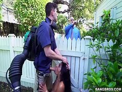 Morena sem vergonha dando em cima do jardineiro