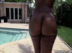 Negra super peituda toda peladinha na piscina