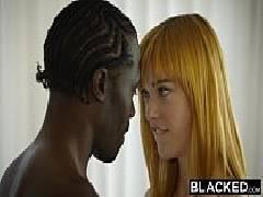 Negro comendo a novinha delicada com pressão