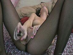 Novinha morena esperimentando seu vibrador novo em video porno de ninfeta tendo orgasmo