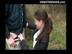 Novinha moreninha esfolando a pica do marmanjo no boquete xlxx