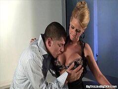 Porn xxx com a loirinha levando uma boa pistolada