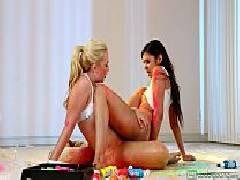 Porno bom novinhas gostosas fazendo sexo lésbico durante a manicuri