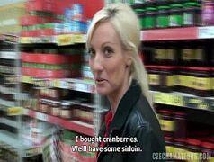 Putas fudendo loira safada trepando no supermercado