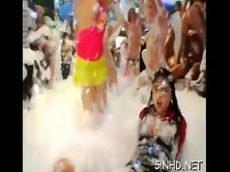 Safadas fazendo uma festa de espuma com rola pra todo lado