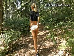 Seduzindo a loirinha no meio da floresta