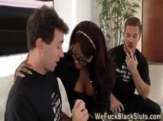 Sexo interracial negra nerd e gostosa levando rola