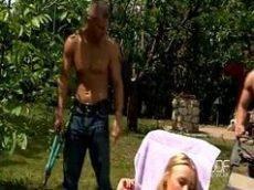 Video porno de novinha loira fazendo sexo oral em dois