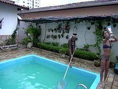 brasileira vadia dando pro cara que foi limpar a piscina