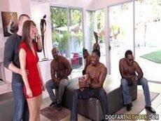 Coroa fodendo com vários negros no porno buceta