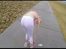 Loira branquinha em video sexo dando buceta