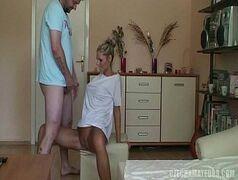 Loira dona de casa em video porno caseiro