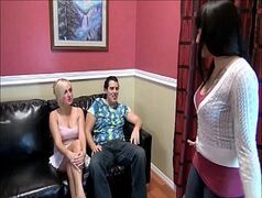 Loira gostosa e morena tatuada em sexo grupal