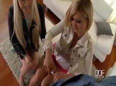 Malandro em filme porno colocando duas belas loiras para devorar seu pau