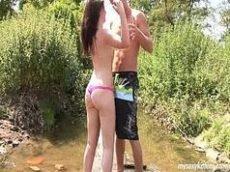 Sexo gratis com uma putinha metendo com seu namorado no meio do rio