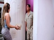 Vídeo de safado entregador seduzido por cliente