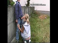 Vidios pornor malandra novinha mamando a pica do marmanjo atrás do muro