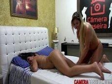 Brasileiras do camera caseira fazendo massagem