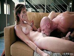 Cena de sexo em cima do sofá com a novinha safada