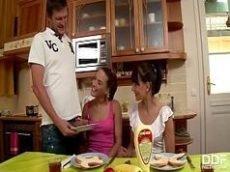 Dotado comendo duas irmãs novinhas nuas na cozinha
