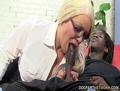 Loira sexy em video de sexo com negro