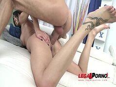 Morena gostosa que adora fazer uma dupla penetração