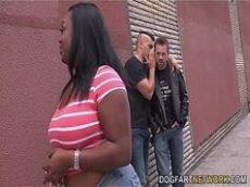 Nega rabuda fudendo com dois desconhecidos casadas no cio